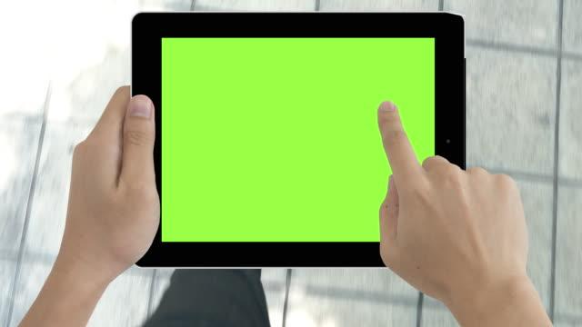 mann zu fuß zusammen mit green-screen-tablette - halten stock-videos und b-roll-filmmaterial