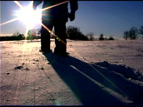 stockvideo's en b-roll-footage met man walking across snowy field - alleen één oudere man