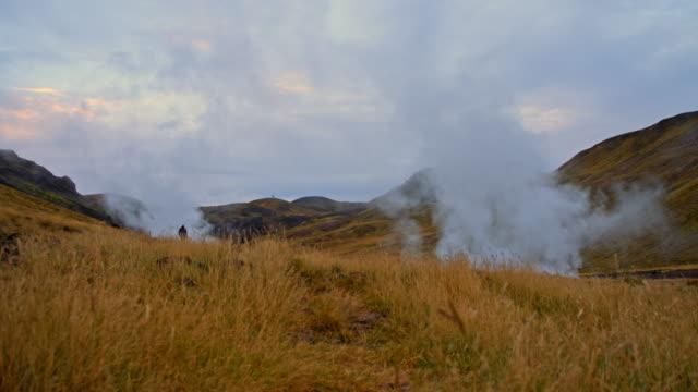Mann zu Fuß entlang der Geysire in Island