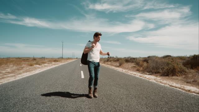 stockvideo's en b-roll-footage met man lopen langs de weg - afgelegen