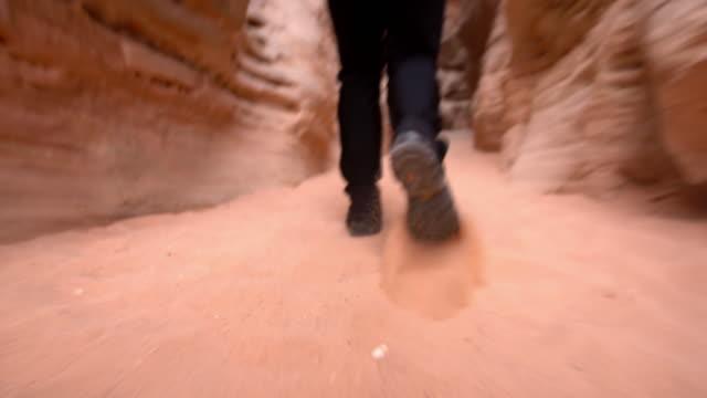 la-mann zu fuß unter sandsteine bei paria - ein mann allein stock-videos und b-roll-filmmaterial