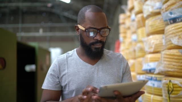 vídeos de stock, filmes e b-roll de homem que anda e que usa a tabuleta e que trabalha na fábrica - indústria eletrônica