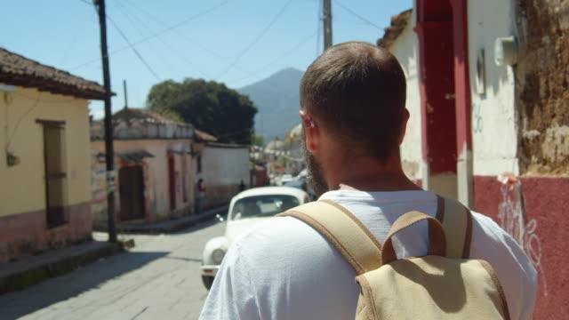 vídeos y material grabado en eventos de stock de man walking down a street at a village in san cristobal de las casas, chiapas, mexico - pared de cemento