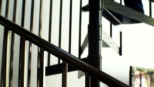 mann geht die treppe hinunter - loft stock-videos und b-roll-filmmaterial