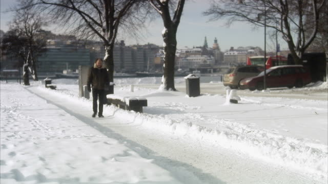 vidéos et rushes de man walking in a park, stockholm, sweden. - ensoleillé