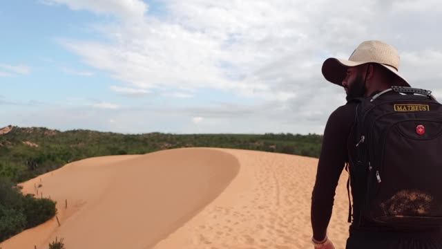 vídeos de stock, filmes e b-roll de homem que anda em dunas de areia no parque de estado de jalapão, tocantins - parque nacional