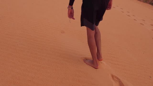 vídeos de stock e filmes b-roll de man walking in a sand dunes in jalapão state park, tocantins - ecoturismo