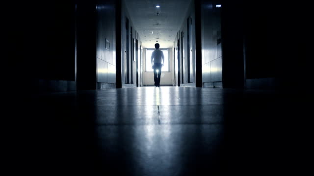 Mann zu Fuß in schwarze Korridor