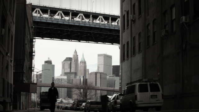 man walking in brooklyn - 中年の男性だけ点の映像素材/bロール