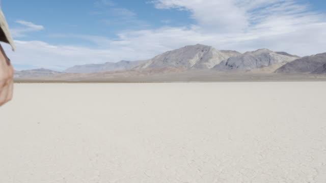 vídeos y material grabado en eventos de stock de man walking in death valley - parque nacional death valley