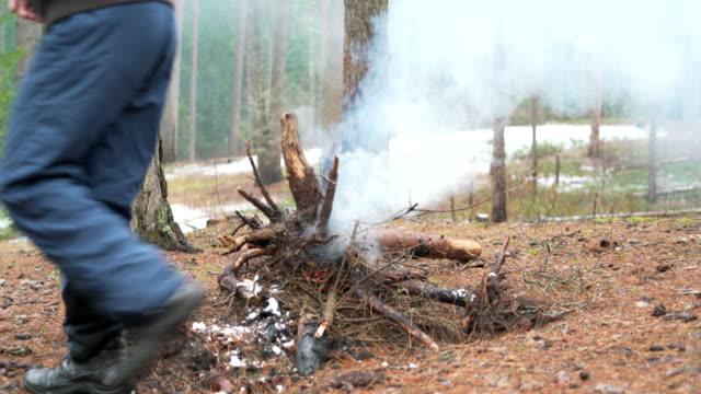 stockvideo's en b-roll-footage met man lopen voor het vreugdevuur in het forest van de winter. - 70 79 jaar