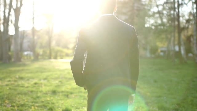 man walking の公園 - 後ろ姿点の映像素材/bロール
