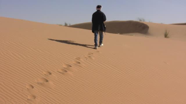 WS Man walking in Sahara desert / Zouerat, Tiris Zemmour, Mauritania