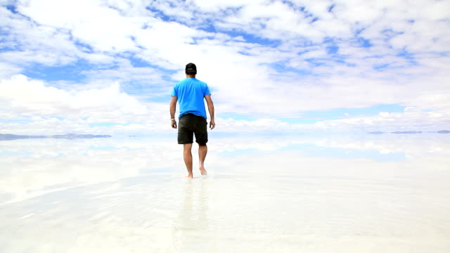stockvideo's en b-roll-footage met man walking in salar de uyuni, bolivia - bolivia