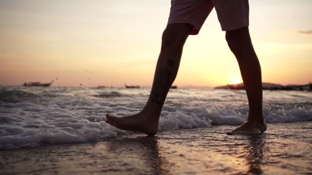 vidéos et rushes de homme marchant dans l'eau peu profonde - membres du corps humain