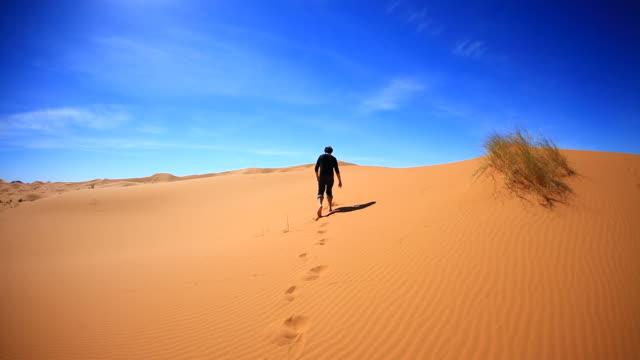 Mann zu Fuß in die Wüste Sahara, HD-Video