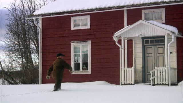 a man walking in the snow sweden. - ankomst bildbanksvideor och videomaterial från bakom kulisserna