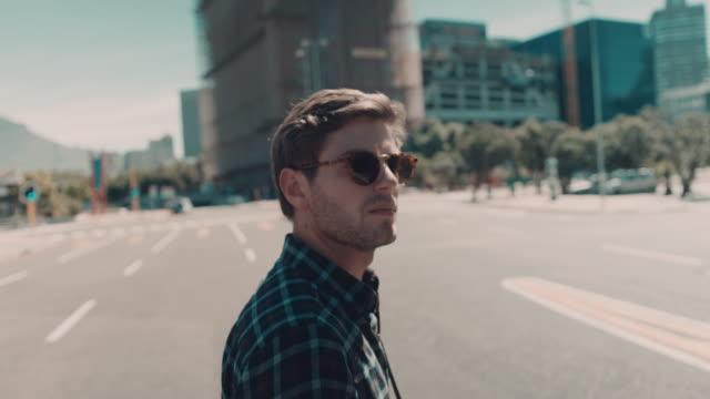 Homem andando em ambiente urbano