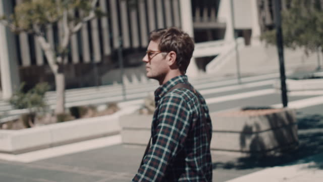 Mann zu Fuß in urbaner Atmosphäre