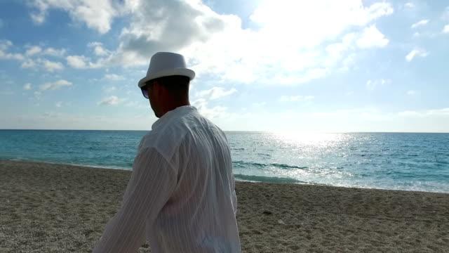 mann zu fuß auf den strand - männlichkeit stock-videos und b-roll-filmmaterial