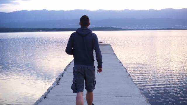 man walking on the dock - impronta del piede video stock e b–roll