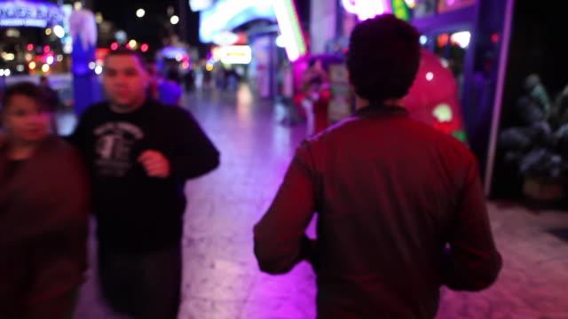 vidéos et rushes de ws pov man walking on the strip / las vegas, nevada, usa - pop music