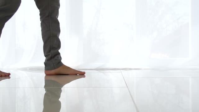 男 ウォーキング 上 ホワイトのタイル張りの床