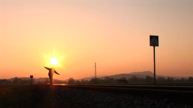 hd :man walking on トラック - バランス点の映像素材/bロール