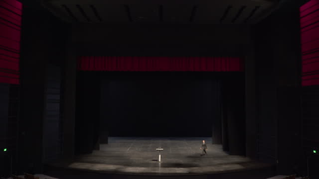 vidéos et rushes de man walking onto stage, tripping over and then making announcement. - trébucher