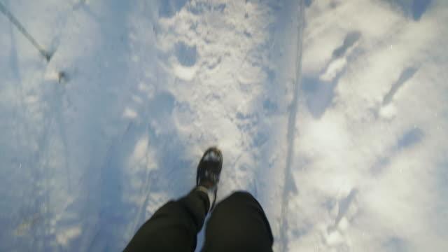 vidéos et rushes de homme qui marche à travers une forêt recouverte de neige en hiver - suède