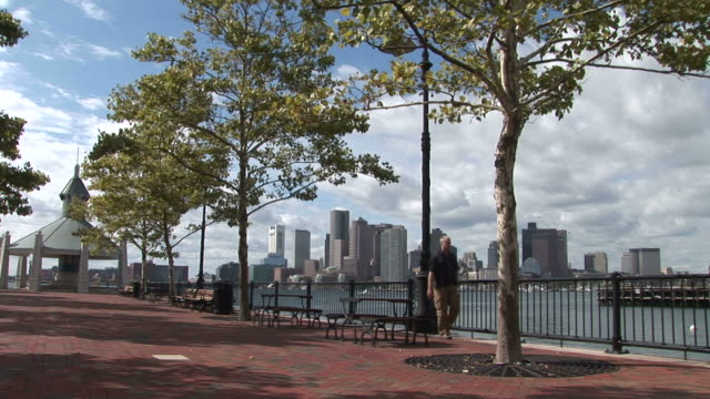 vidéos et rushes de a man walking through the bayside walkway in boston united states - aller tranquillement