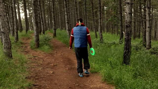 Un homme marchant dans la forêt