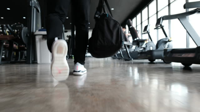 stockvideo's en b-roll-footage met man lopen naar gym - healthclub