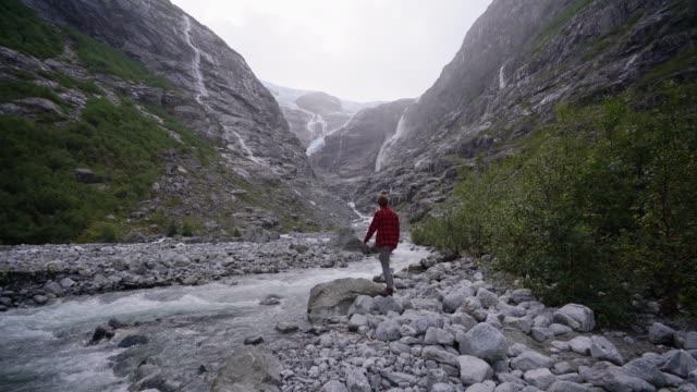 mann zu fuß zum gletscher in norwegen - nationalpark stock-videos und b-roll-filmmaterial