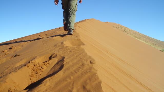vídeos y material grabado en eventos de stock de cu man walking up on kulala dunes / sossusvlei, hardap, namibi - wiese