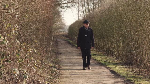 man walking - schiebermütze stock-videos und b-roll-filmmaterial
