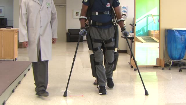 wgn man walking with rewalk exoskeleton – a wearable robot that powers his hips knees and lower legs at rehabilitation institute of chicago on april... - tierisches exoskelett stock-videos und b-roll-filmmaterial