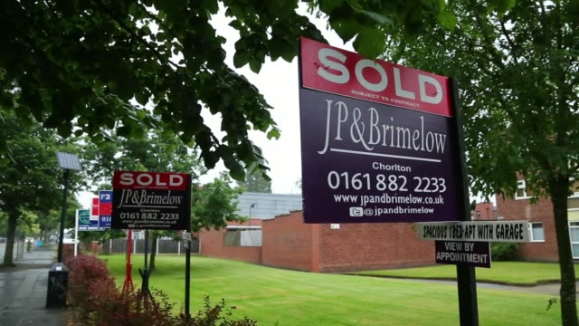 stockvideo's en b-roll-footage met a man walks away down street past a row of estate agent 'sold' signs in chorlton greater manchester uk on wednesday july 2 back view a woman walks... - for sale korte frase