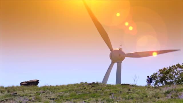 Mann geht durch wind turbine