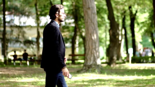 Mann geht im park
