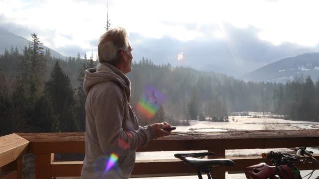 vidéos et rushes de l'homme marche sur le pont passé des vélos au lever du soleil - hommes d'âge mûr