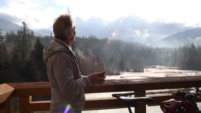mann geht bei sonnenaufgang auf deck vorbei an fahrrädern - zugänglichkeit stock-videos und b-roll-filmmaterial