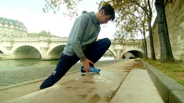 HD : Homme échauffement avant de Faire du jogging au bord de la rivière