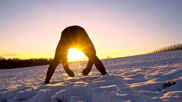 vídeos de stock, filmes e b-roll de ws homem aquecimento na neve - raw footage