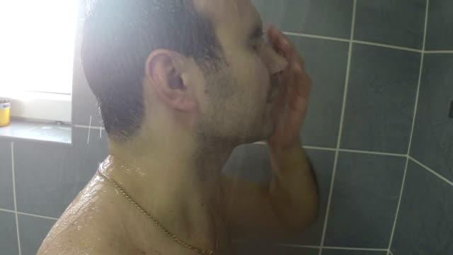 vídeos de stock e filmes b-roll de o homem lava o cabelo - homem tomando banho