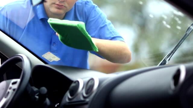 Homem lavagem de carro pára-brisas.