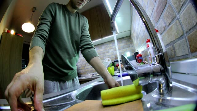Mann Waschen Geschirr