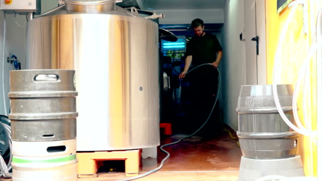 man washing floor - 吹きかける点の映像素材/bロール