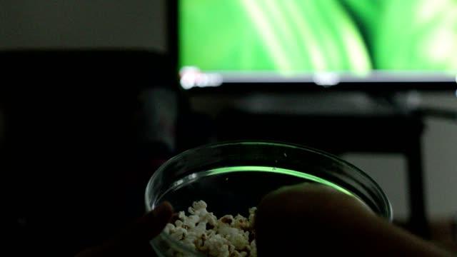 vídeos y material grabado en eventos de stock de hombre viendo películas y comiendo palomitas de maíz - palomitas