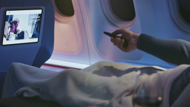 vídeos y material grabado en eventos de stock de hombre viendo película en avión - pasajero
